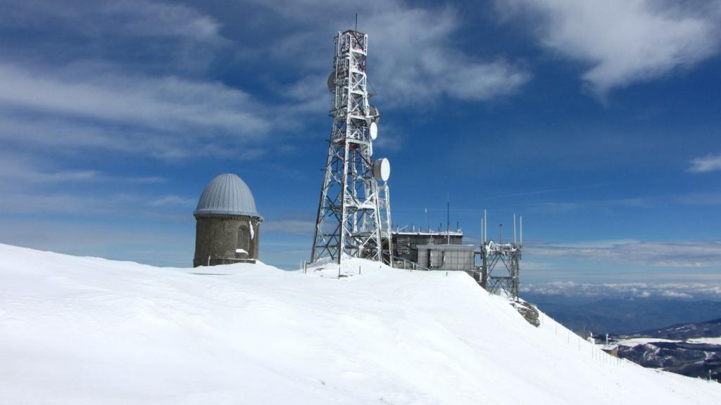 la vetta del Monte Cimone, con la chiesetta della Madonna delle Nevi e la base dell'aeronautica militare (18-3-2011)