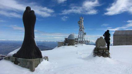 la statua della Madonna, il cippo e le brutte costruzioni della cima (18-3-2011)