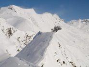 Panorama da Pizzo Troggi (2309 m): sullo sfondo Monte Corbernàs e Pizzo della Valle spazzati dal vento