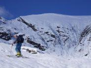 Il lastrone staccatosi appena sotto la cresta che porta alla punta Montù