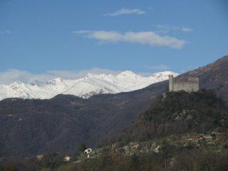 Il Castello di Montalto con sfondo le montagne della Valchiusella
