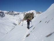 ritorno al colletto posto ad ovest della cima; sullo sfondo il Tabor