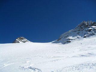 L'ampio ghiacciaio verso il colle