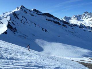 Salendo all'Alpet con la Pointe Basse de Mary sullo sfondo ancora in ombra