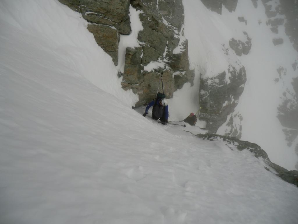 il pezzo di misto più difficile, opposizione neve-roccia, ramponi su placca liscia innevata