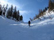 Salendo il canalino, la neve inizia poco prima