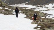 Davide e Maria Carla salgono a quota 2150 m. in Val Fourane (25-4-2011)
