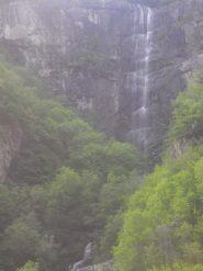 la cascata dalla strada