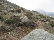 Ometto in pietra, inizio sentiero per la Torretta