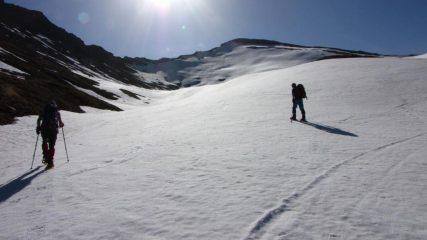 Luciano e Franco salgono lungo il versante Ovest del Petit Rochebrune
