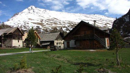 la borgata Les Fonts e il Pic Lombard sullo sfondo (7-5-2011)