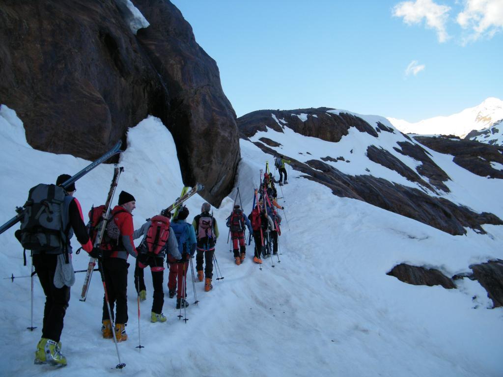 passaggio tra le rocce dove fino a 15-20 anni fa c'era il ghiacciaio