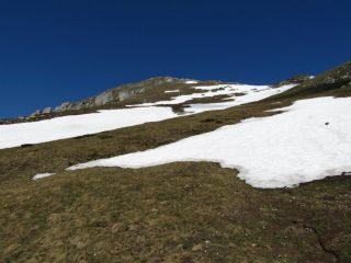 Poche lingue di neve sul versante sud