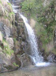 Bella cascata trovata durante la ricerca del sentiero