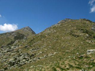 A dx dell'elevazione in primo piano inizia il sentiero di cresta