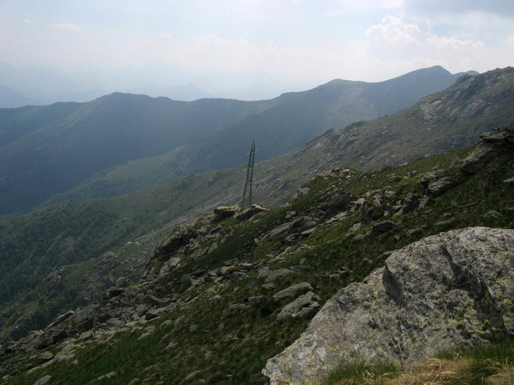 Il traliccio: a sx si scende all'Alpe Turinetto, a dx si prosegue per l'Uja