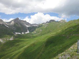 La conca dell'alpe Bonalé dominata dall'Aig.lle omonima