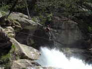 Il ponte sospeso sopra la cascata