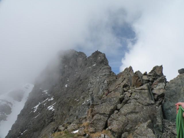 La cresta e canalone di discesa sulla sinistra