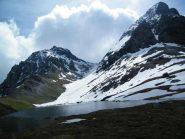 Il Lago Perrin; al centro il valloncello nevoso