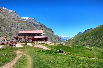 Il rifugio Benevolo con vista sull' alta valle di Rhemes