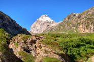 Rocce e pianori sul sentiero verso il rifugio Benevolo, sullo sfondo la Granta Parei