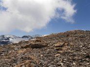 10 - giunti in cresta i grossi massi superati in precedenza lasciano posto a sfasciumi più fini