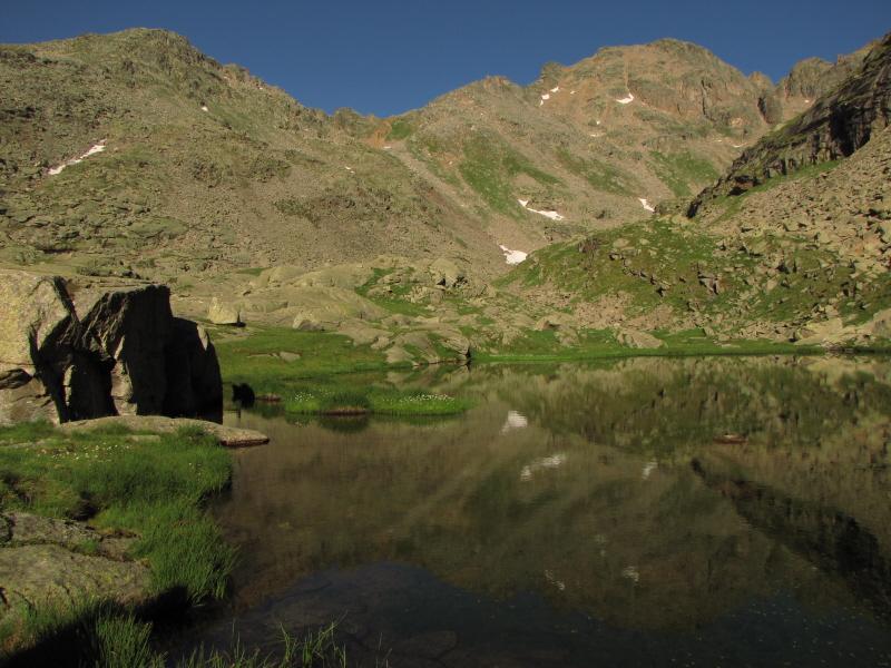 piccola torre allo specchio nel primo laghetto
