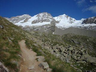 Vista di insieme della traversata: al centro nevoso il colle di Montandayné, il Piccolo Paradiso, Il Colle del Piccolo Paradiso e il Gran Paradiso.