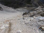 06 - superato lo sperone si risale per un canalino terroso fino ad una zona di rocce