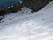 Dalla 2a calata occorre attraversare il ghiacciaio e risalire in arrampicata (con l'aiuto di una corda fissa) la spalla rocciosa (bollini rossi) al di là della quale ci aspetta la 3a doppia (foto scattata dalla base della 2a doppia)