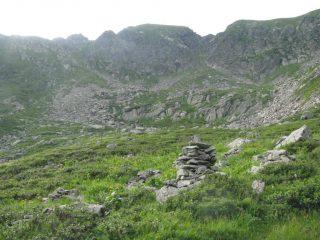 A sinistra, pietraia e canale di salita