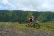 pedalando sul bordo del cratere