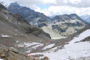 Il vallone, con il percorso di salita. Sullo sfondo, il lago di S. Grato, la Forclaz du Bre ed il Mont dell'Arp Vieille