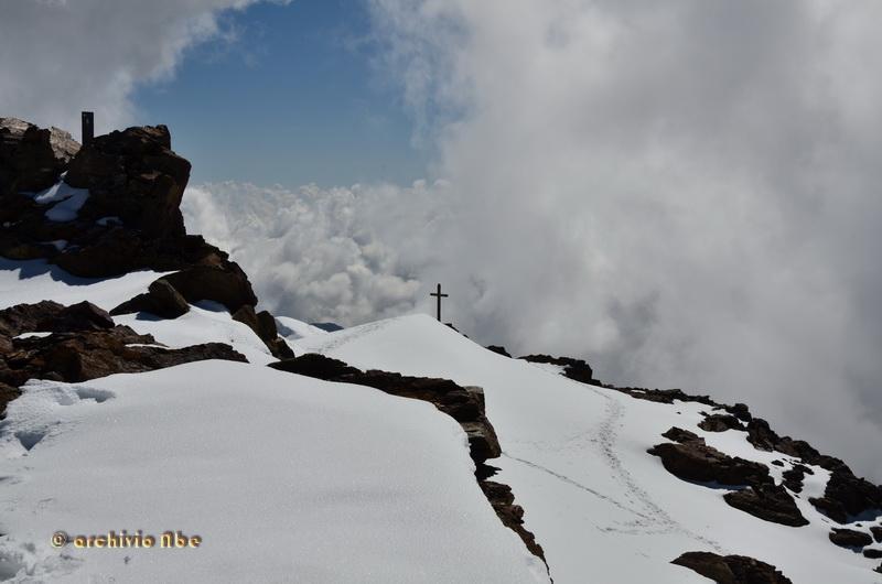 Monte Vioz, punto trigonometrico e croce di vetta.