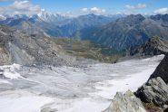 Il Ghiacciaio Orientale di Freduaz visto dalla cima, con sullo sfondo il pianoro di Le Suches ed il Mt Colmet