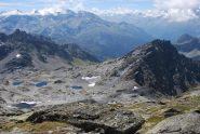 Il pianoro con i laghetti visto dalla cima; a destra il Col de Truche e la Lex Blanche, a sinistra il Col de la Lex Blanche