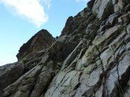 il tratto di accesso tra ghiaioni e parete
