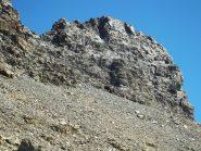 la ripida pietraia e la tondeggiante punta