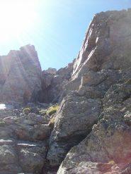 Facile passaggio su roccia per la cima sud
