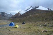 il Campo Base con le nostre tende montate e il Kang Yatze (11-8-2011)