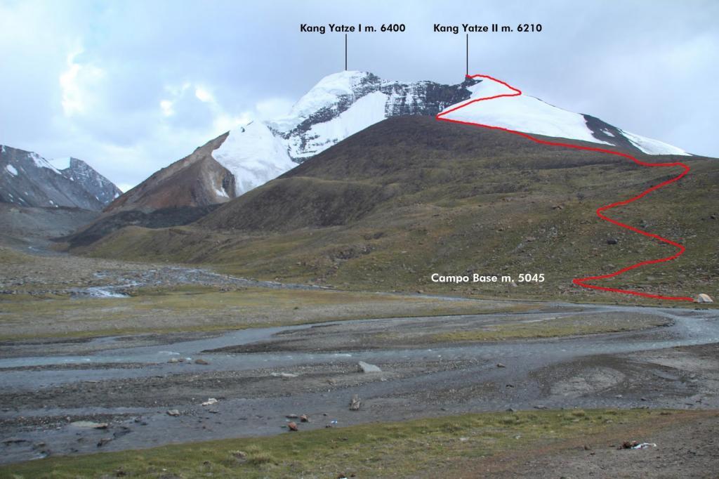 l'ampio pianoro del Campo Base e il tracciato della via di salita (11-8-2011)