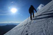 Claudio raggiunge la cresta Ovest del Kang Yatze II dopo un lungo traverso (12-8-2011)
