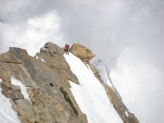 Marco sull'aerea cresta, in prossimità della vetta della Piramide