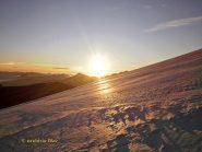 Il sole sorge dietro al monte Leone.