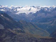 Sguardo a sud verso il ghiacciaio del Rutor con le cascate che formano la Dora di La Thuile
