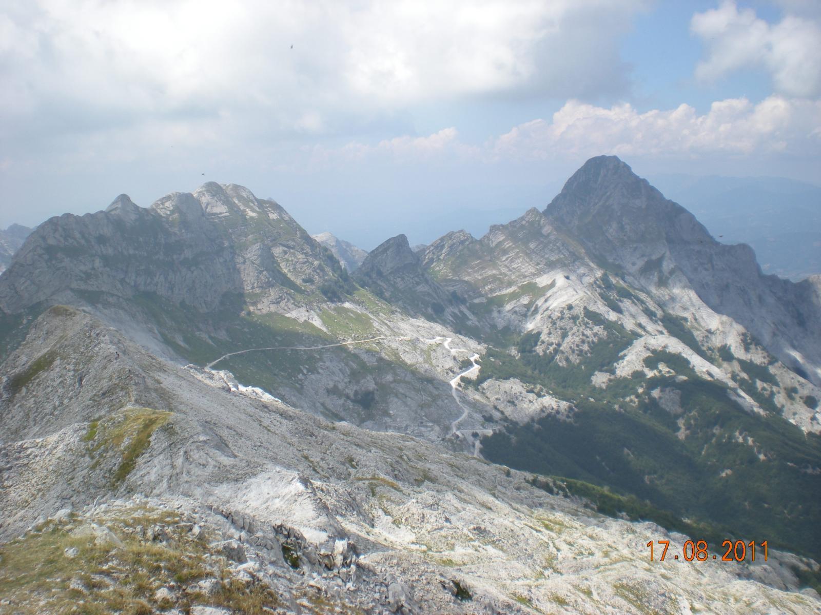 panoramica dalla cima delle vette a nord (Monte Cavallo, Pizzo Maggiore, Monte Pisanino)