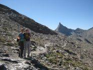 La traccia pianeggiante dal Col de Chamussiere. Sullo sfondo il Roc della Niera