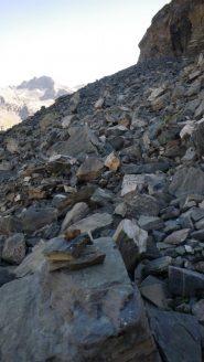 L'attacco della pietraia sotto la parete est del Roc