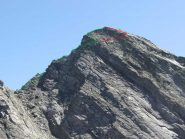 il verso il percorso originario, in rosso la variante un po' più facile e meno esposta